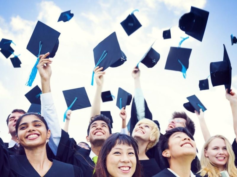 Exist Scholarships for Older Women Returning to school?